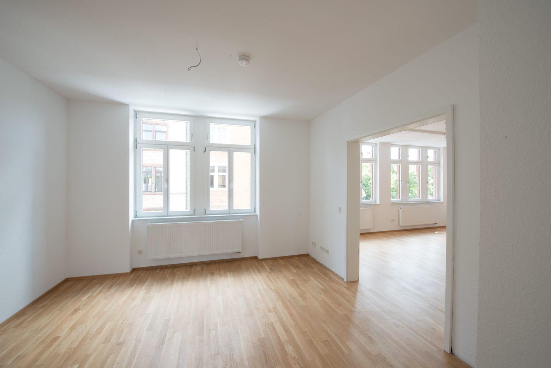 Neckarstrasse 1 geräumiges Zimmer Durchgang