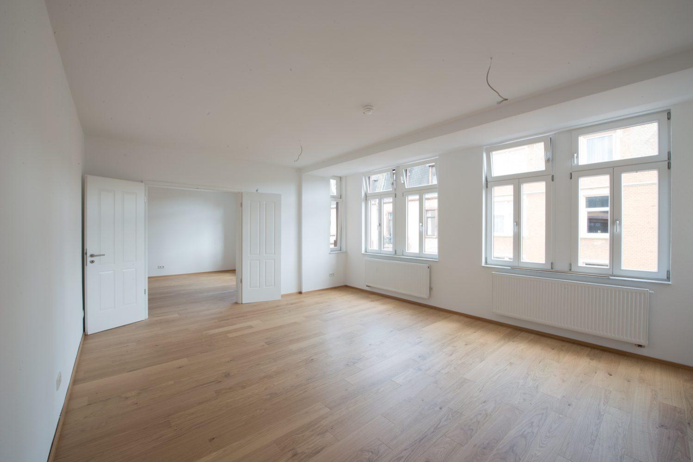 Neckarstrasse 1 geräumiges Zimmer mit Durchgangstüren