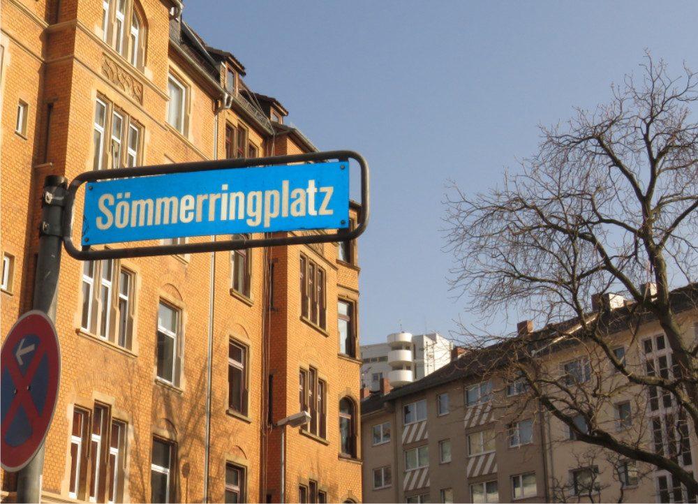 Straßenschild Sömmeringplatz mit Blick auf Häuserfront