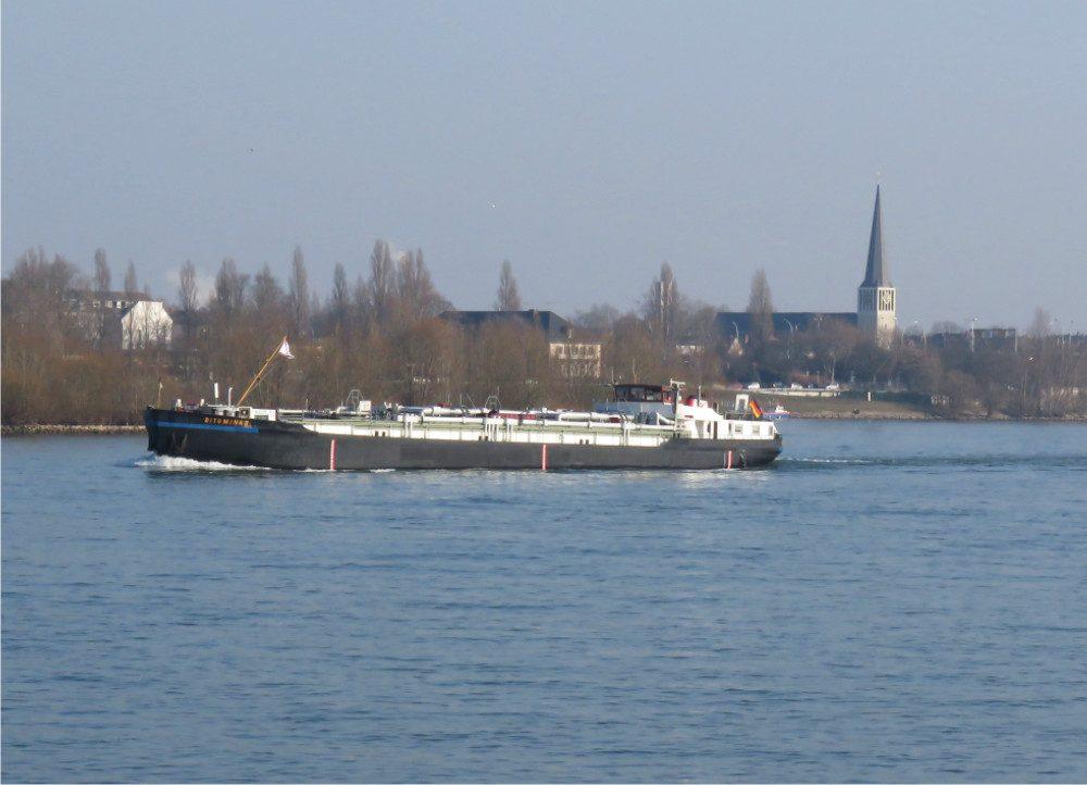 Sicht auf Frachtschiff auf dem Rhein