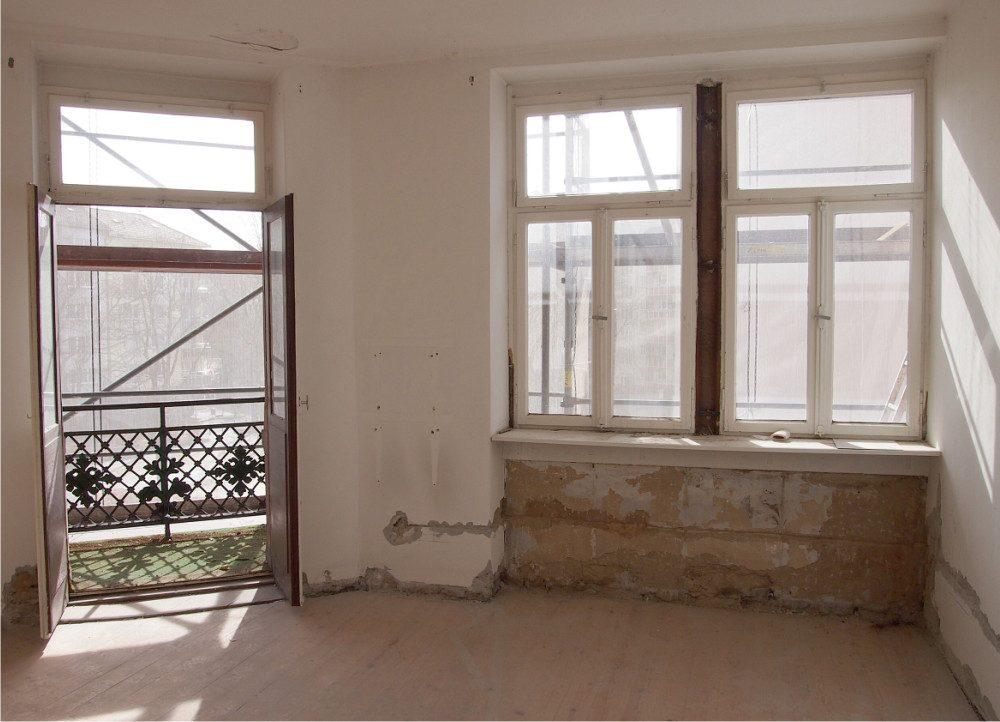 Neckarstrasse Sicht auf Metallarbeiten Balkon vom Innenraum durch Fenster