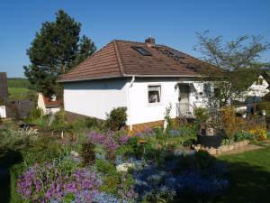 Charmanter freistehender Bungalow in ruhiger Lage, 65366 Geisenheim, Einfamilienhaus